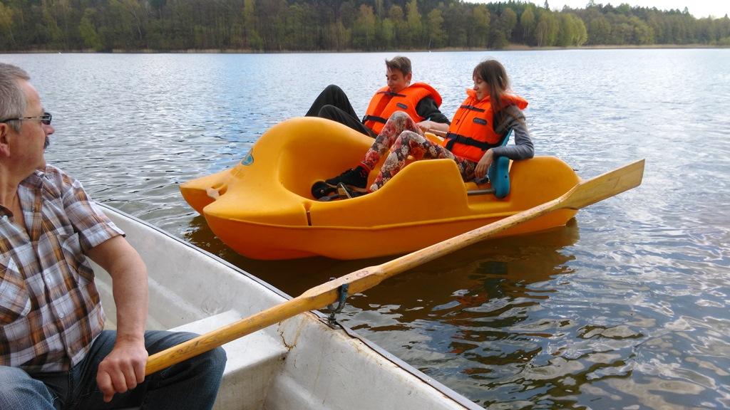 Klaudia i Adrian na rowerze wodnym