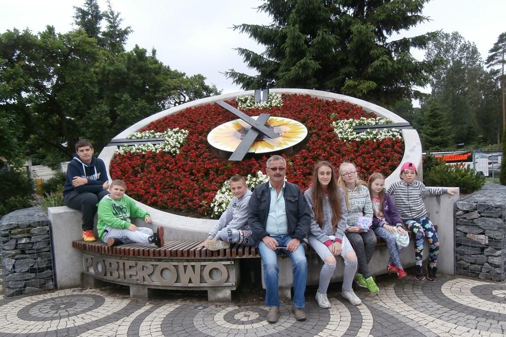 Przed zegarem kwiatowym w Pobierowie