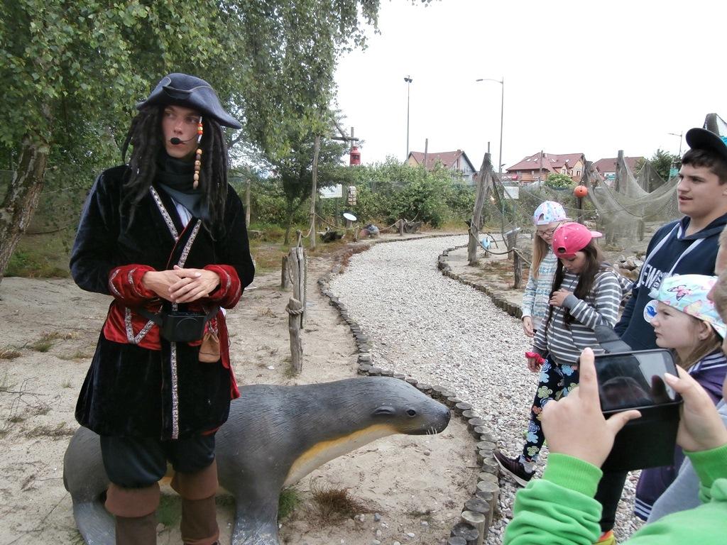 Rewal - po Parku Wieloryba oprowadza? nas pirat.