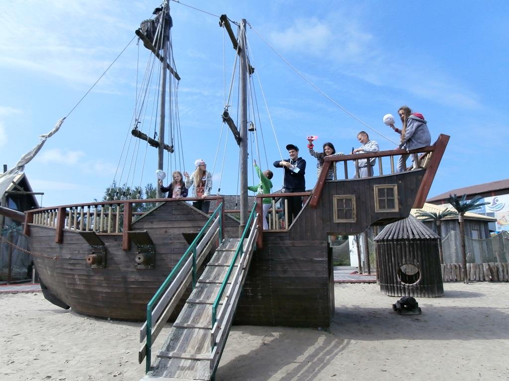 Wszyscy szcz??liwie dotarli?my na statek i szukali?my skarbu piratów.